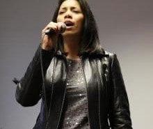 """Neivi Martinez führt als Rocksängerin einen Song von """"Iron Maiden"""" auf."""